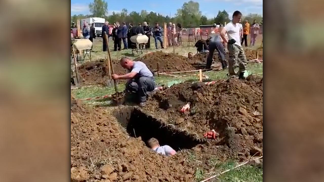 В Новосибирске провели турнир по скоростной копке могил для привлечения  молодёжи в профессию